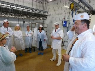 Herr Limbach und ein Metzgermeister erläutern die Abläufe im Globus