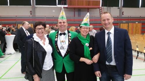 Stadträte Birgit Freidel und Tobias Kolb zusammen mit Ehrenkienholzfrau Angelika Hofmann und Jörg Bottler beim Neujahrsempfang
