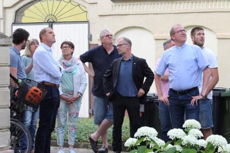 Interessierte Blicke zum Dachausbau